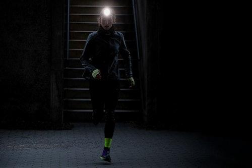 Läuferin mit Stirnlampe