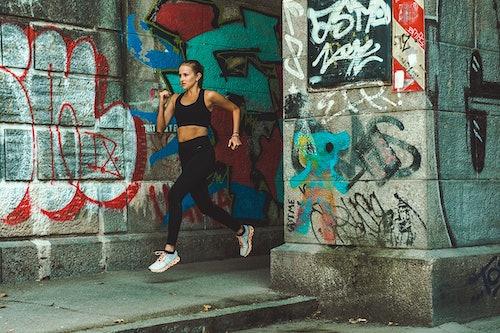 Läuferin vor Graffiti