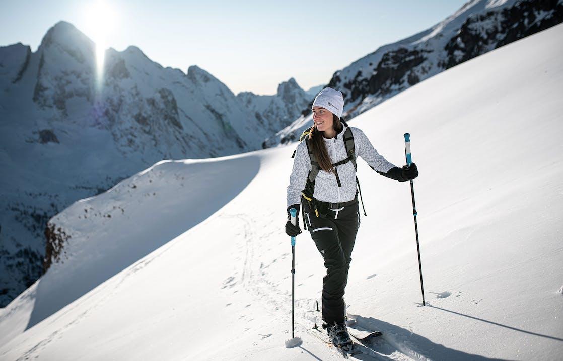 Frau beim Skitouren gehen
