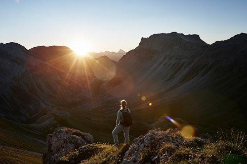Frau wandert in den Schweizer Alpen