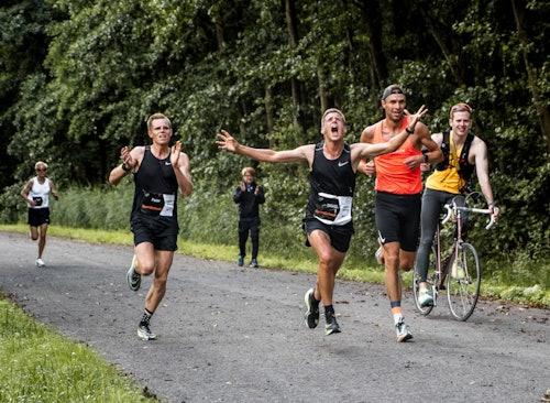Halbmarathon Läufer kommt ins Ziel