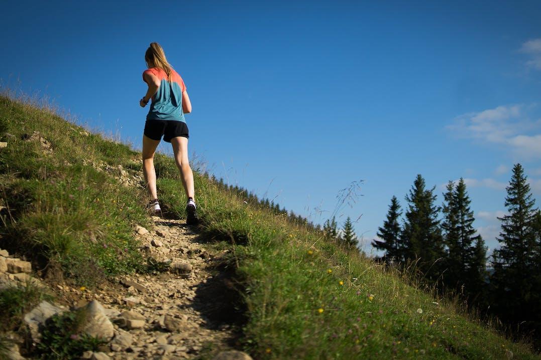 Junge Frau beim Trailrunning