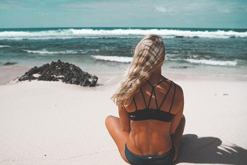Ann-Kathrin Burmann am Strand von Guadeloupe