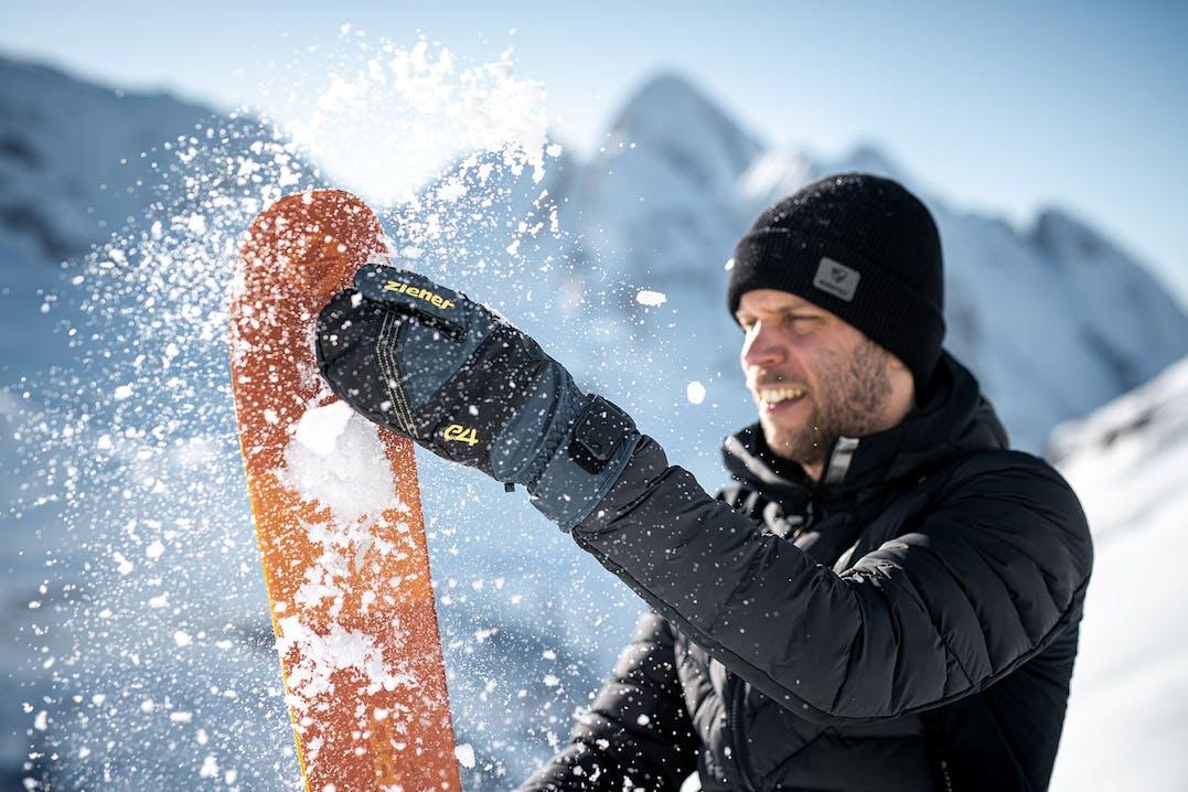 Skitourengeher mit Lobster Handschuhen