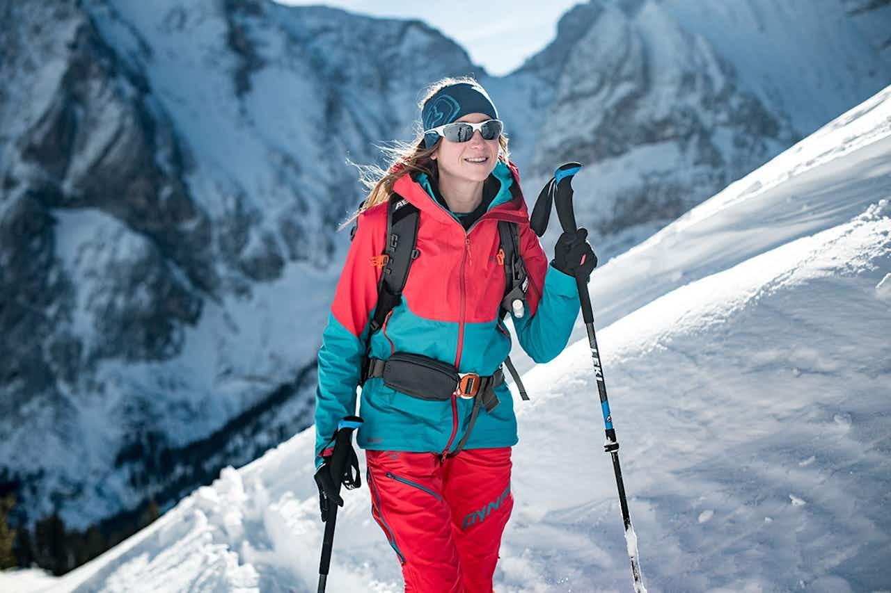 Frau geht Skitour