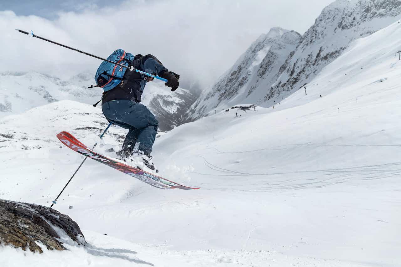 Skifahrer in Action auf der Piste