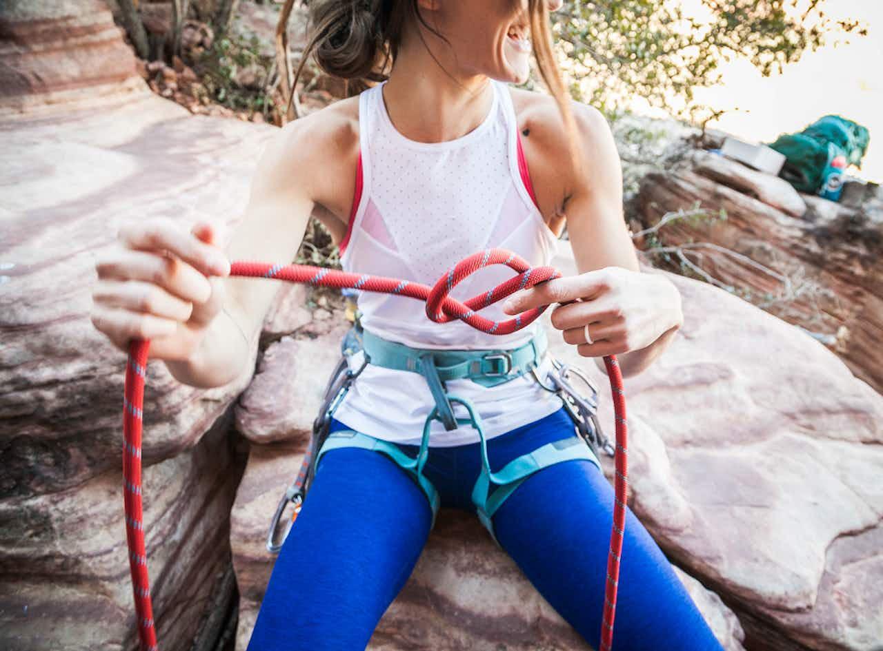 Frau mit Kletterseil in den Bergen