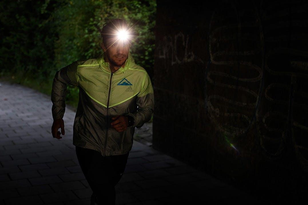 Läufer mit Stirnlampe