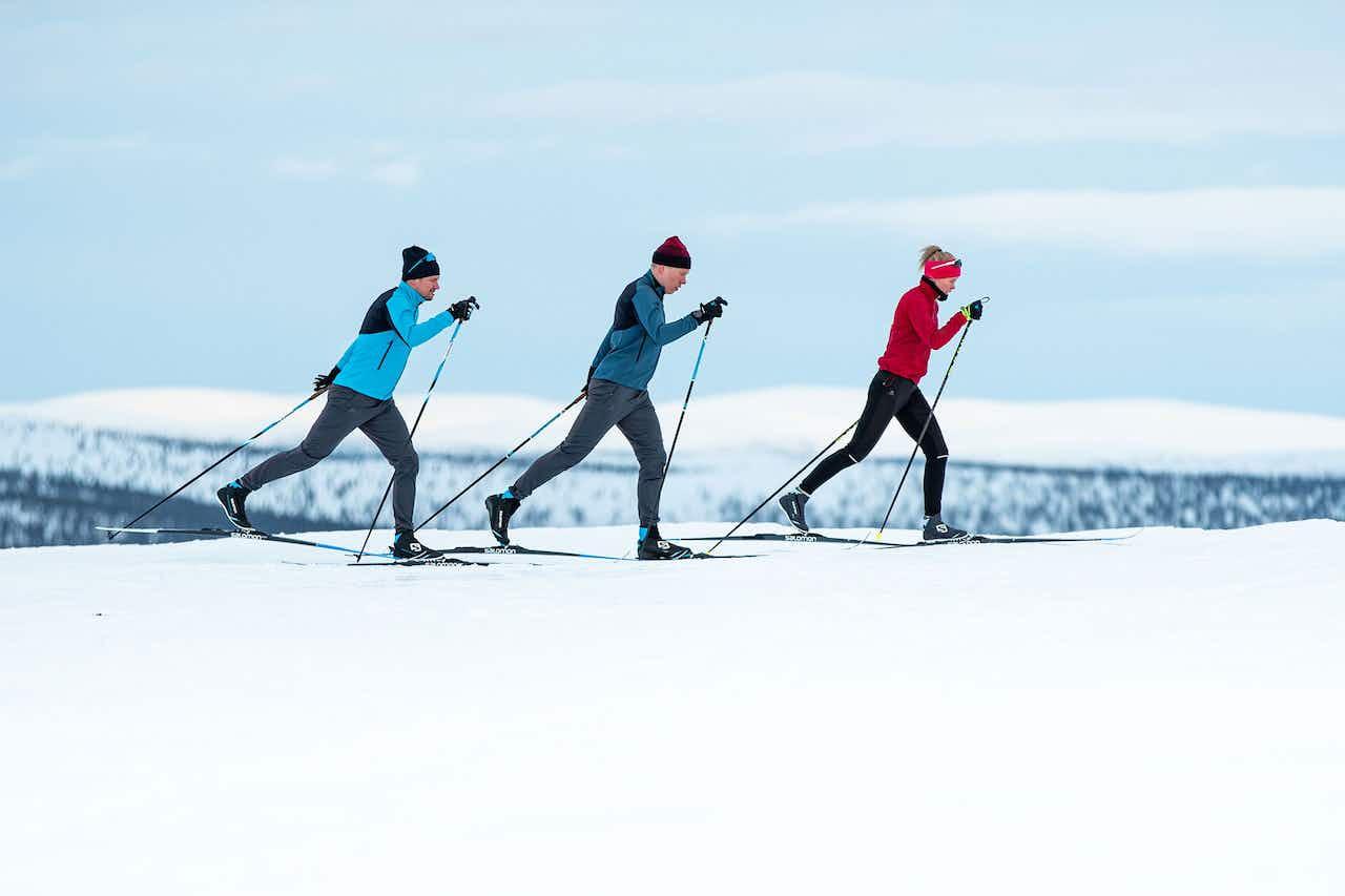 Skilangläufer beim klassischen Diagonalschritt
