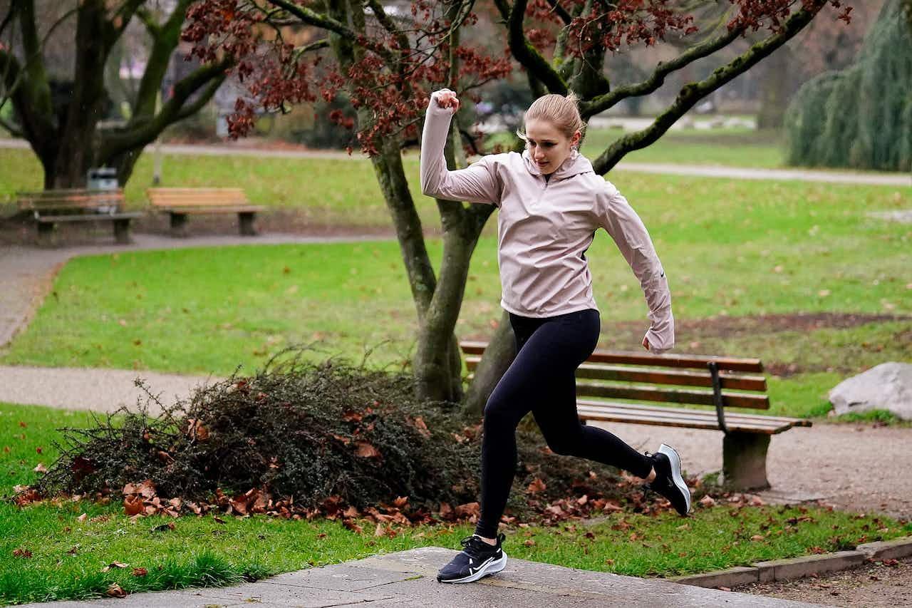 Läuferin gibt Gas mit der Nike Run Club App