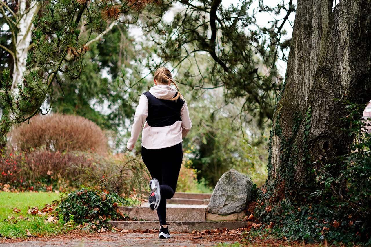 Läuferin testet den Nike Run Club
