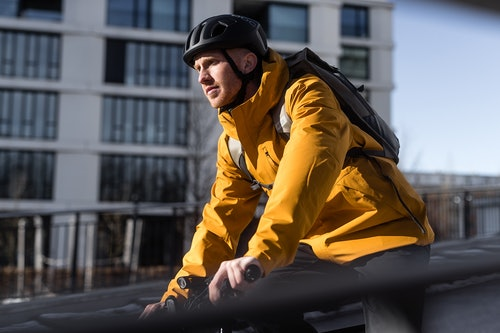 Fahrradfahrer mit gelber Jacke