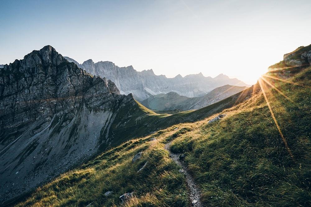 Weitwanderung: Sonnenaufgang in den Bergen