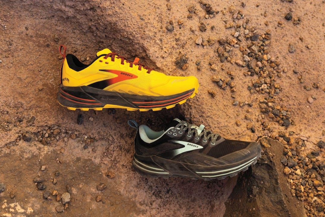 Primo piano di scarpe nella terra