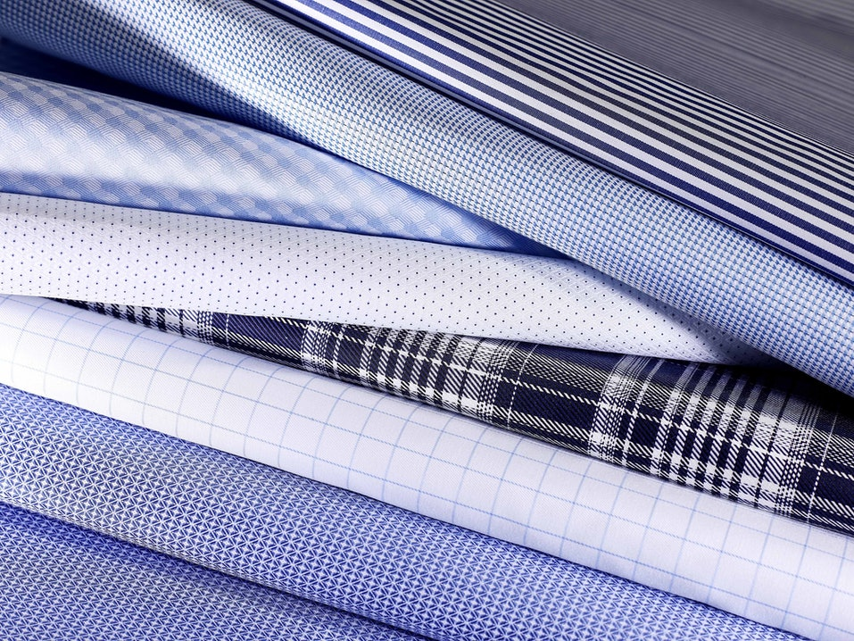 Stoffe in blauen, weißen und schwarzen Farben und Mustern.