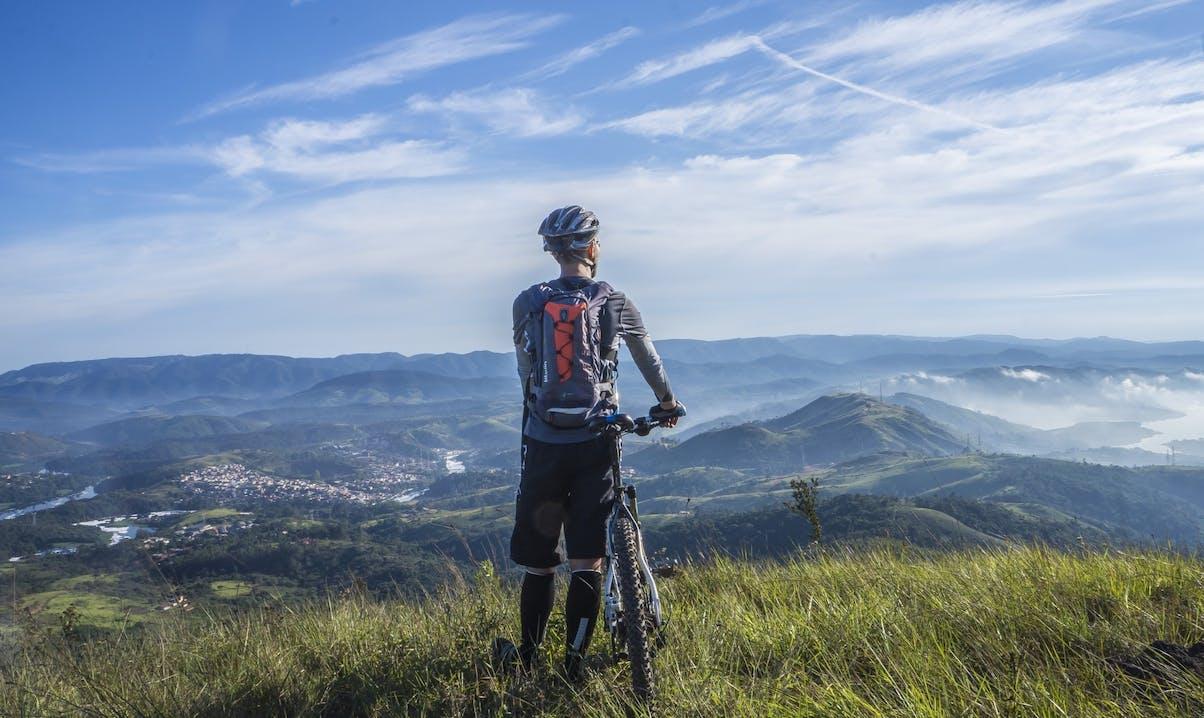 Uomo che guarda il panorama sopra una collina
