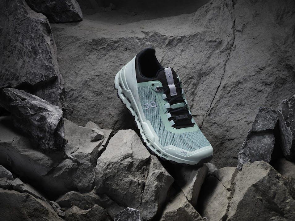 Foto della scarpa su delle rocce