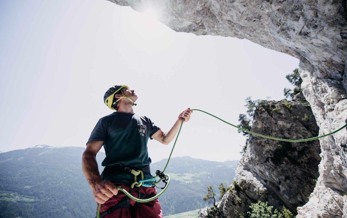 Uomo davanti a parete da arrampicata