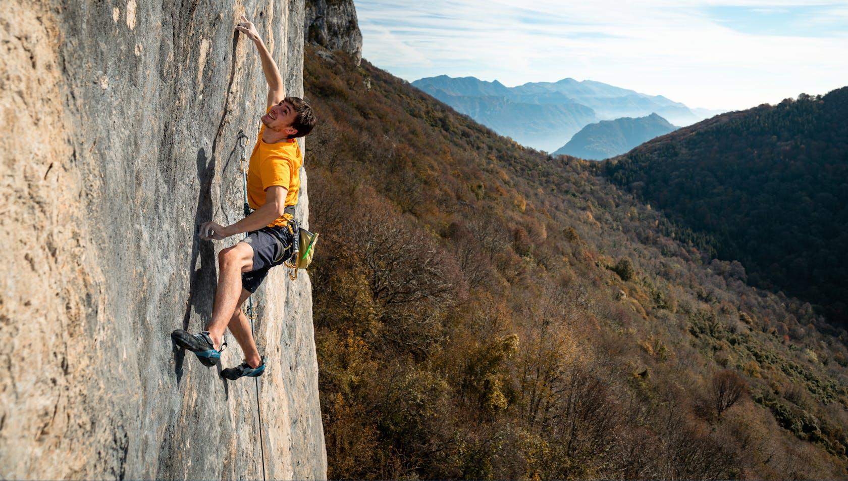 Uomo che arrampica