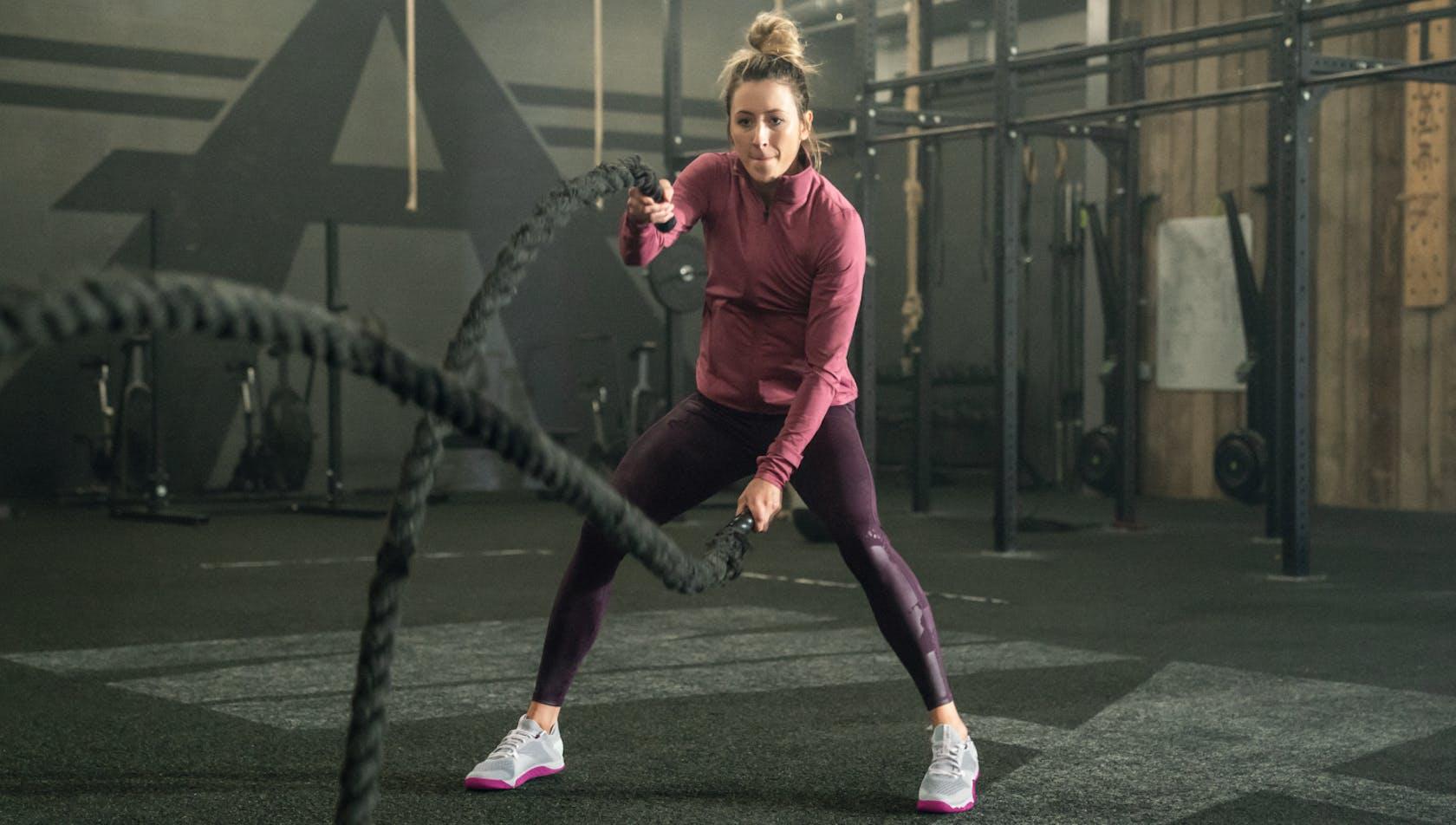 Ragazza che fa esercizi di fitness