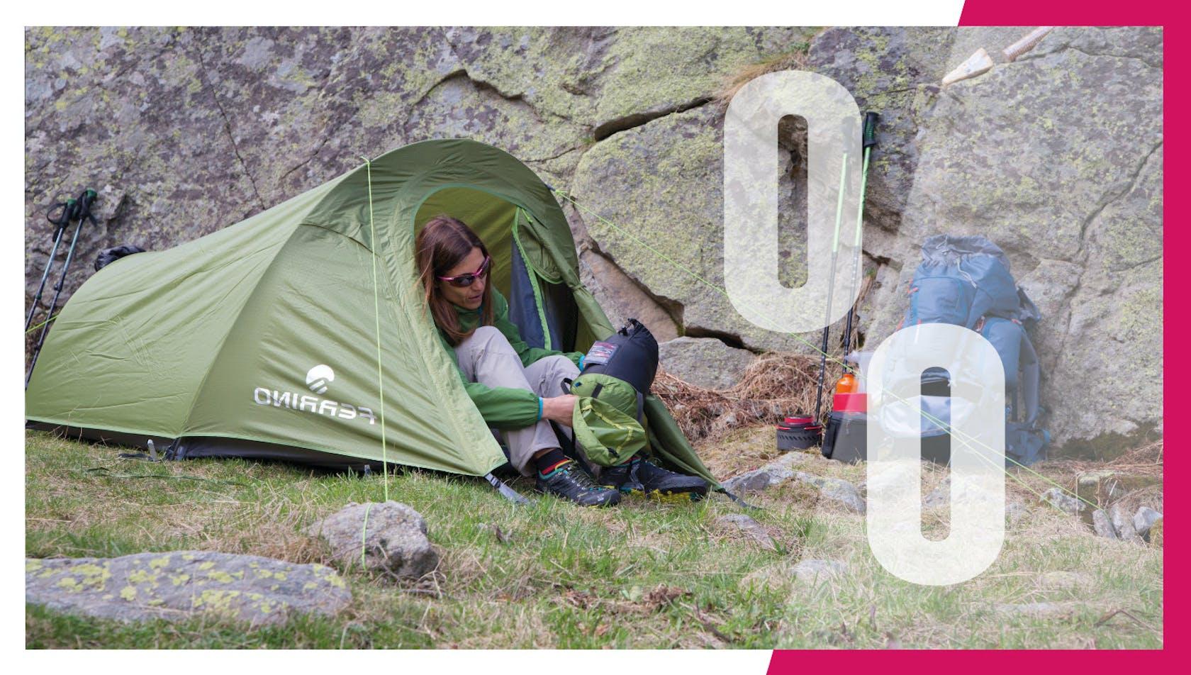 Ragazza dentro tenda da campeggio
