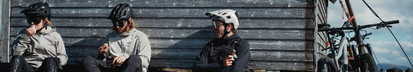 Ciclisti  in riposo con casco