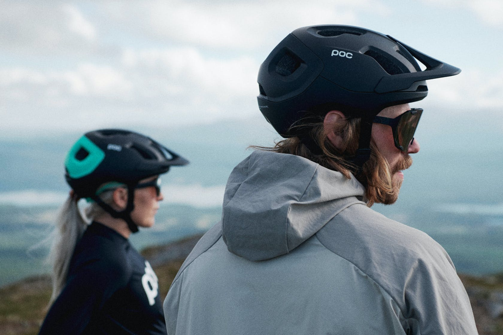 Ciclisti con casco