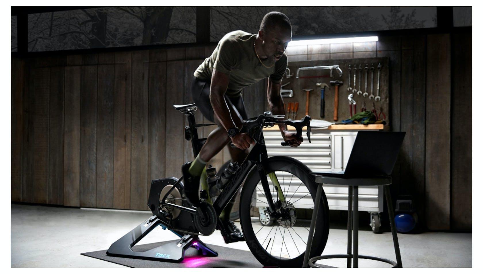 Ragazzo che si allena in bici