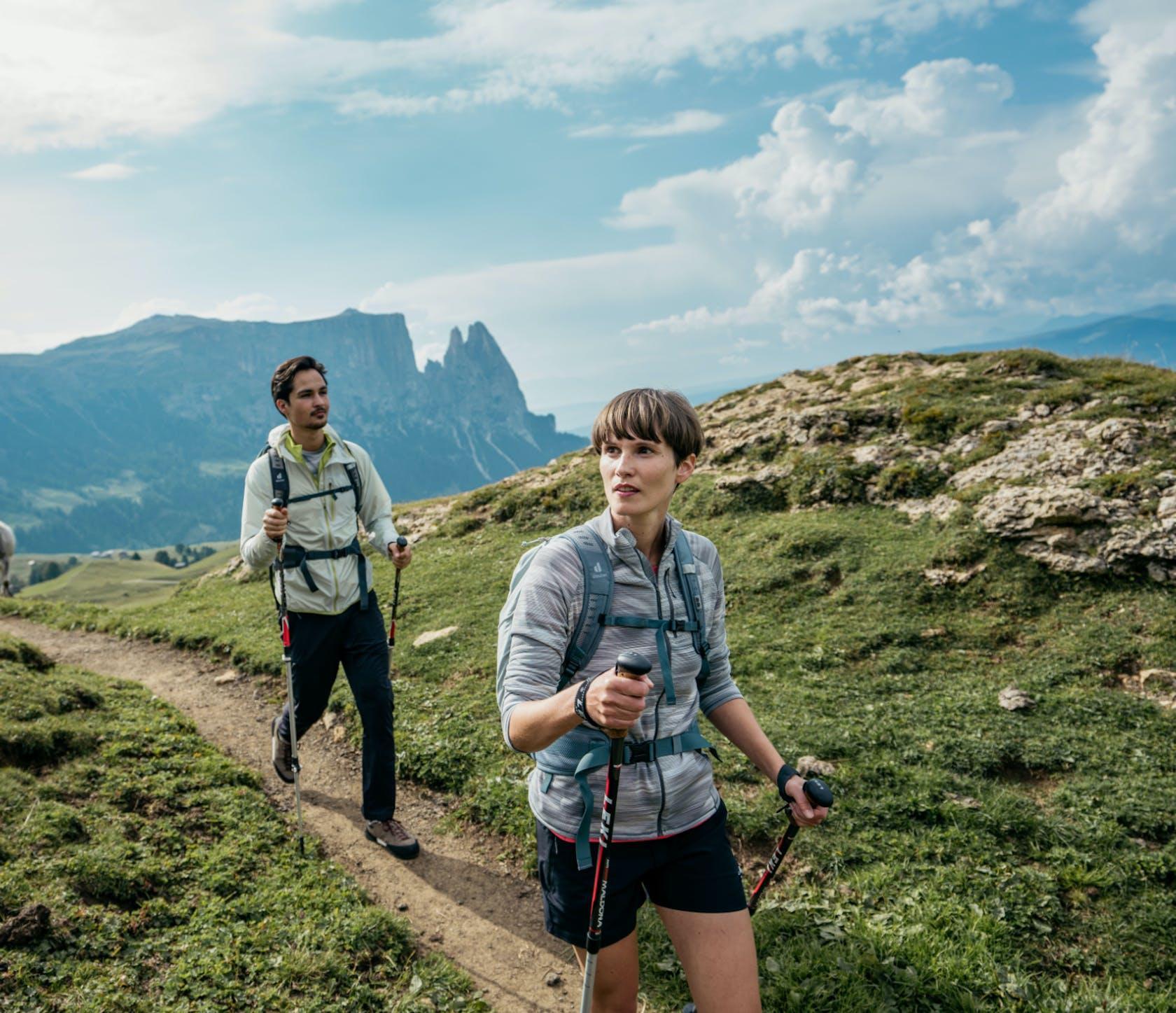 Persone che passeggiano in montagna