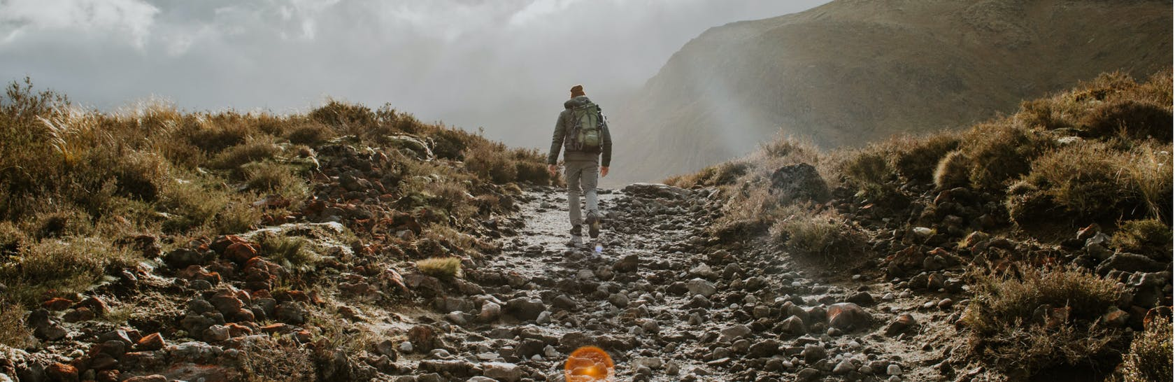 Uomo che cammina tra le montagne