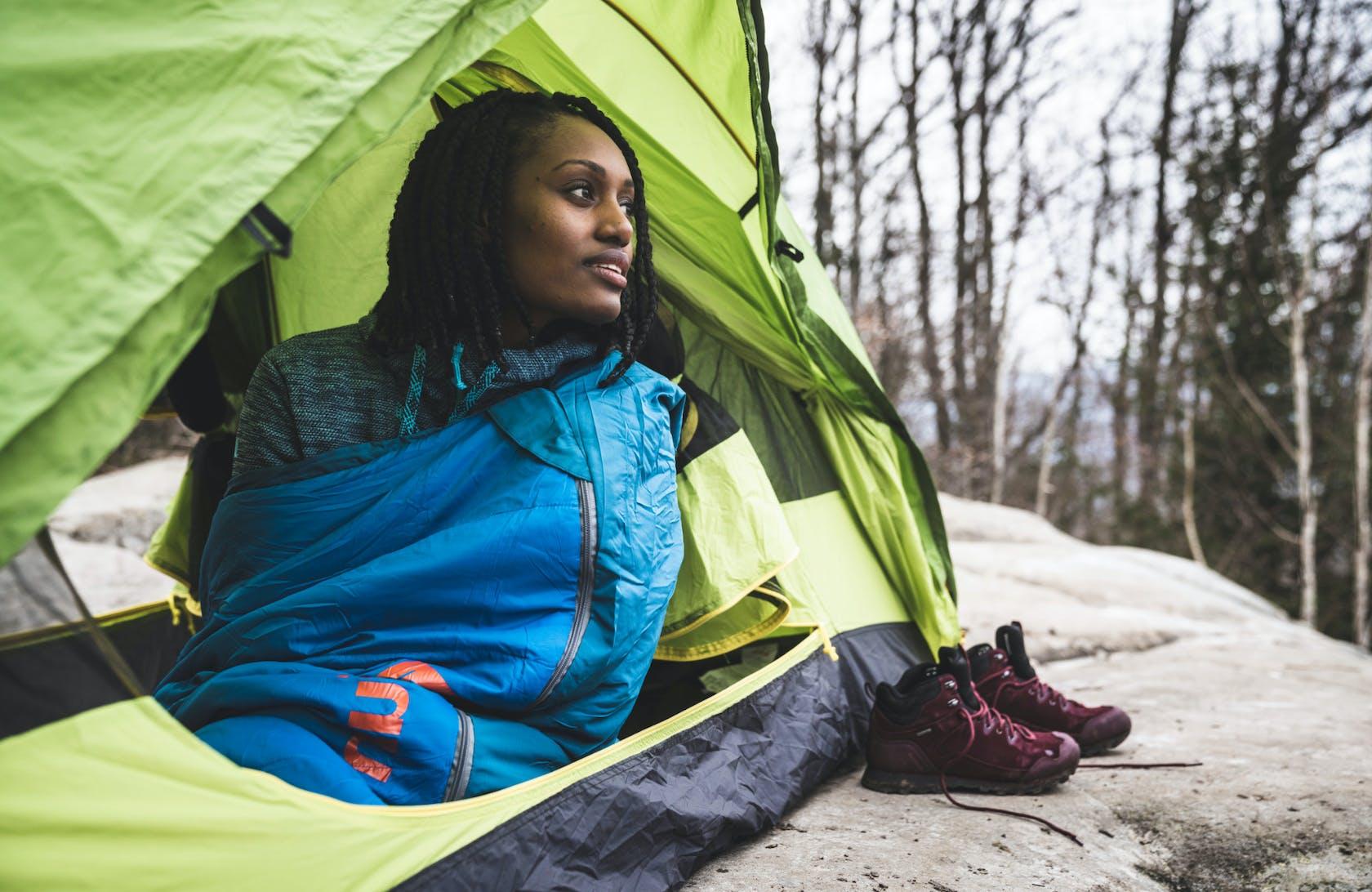 Ragazza che guarda fuori dalla tenda