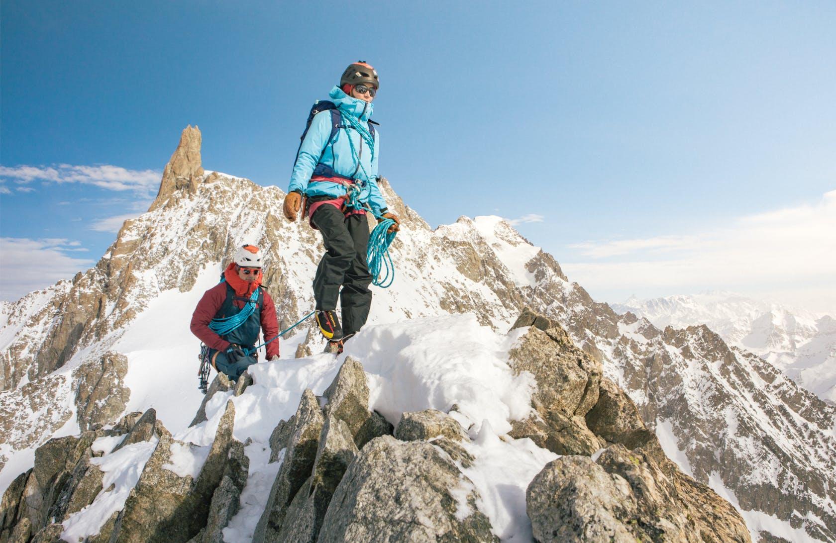 Persone in cima alla montagna