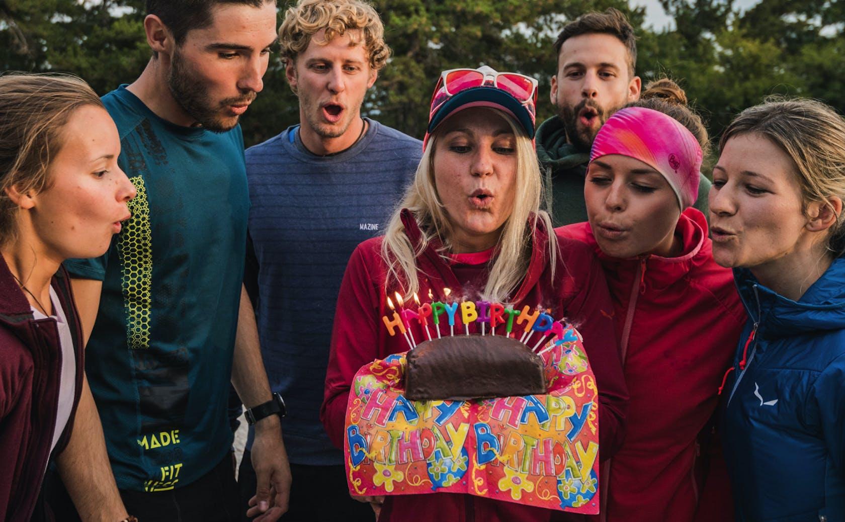 Persone riunite intorno a una torta di compleanno
