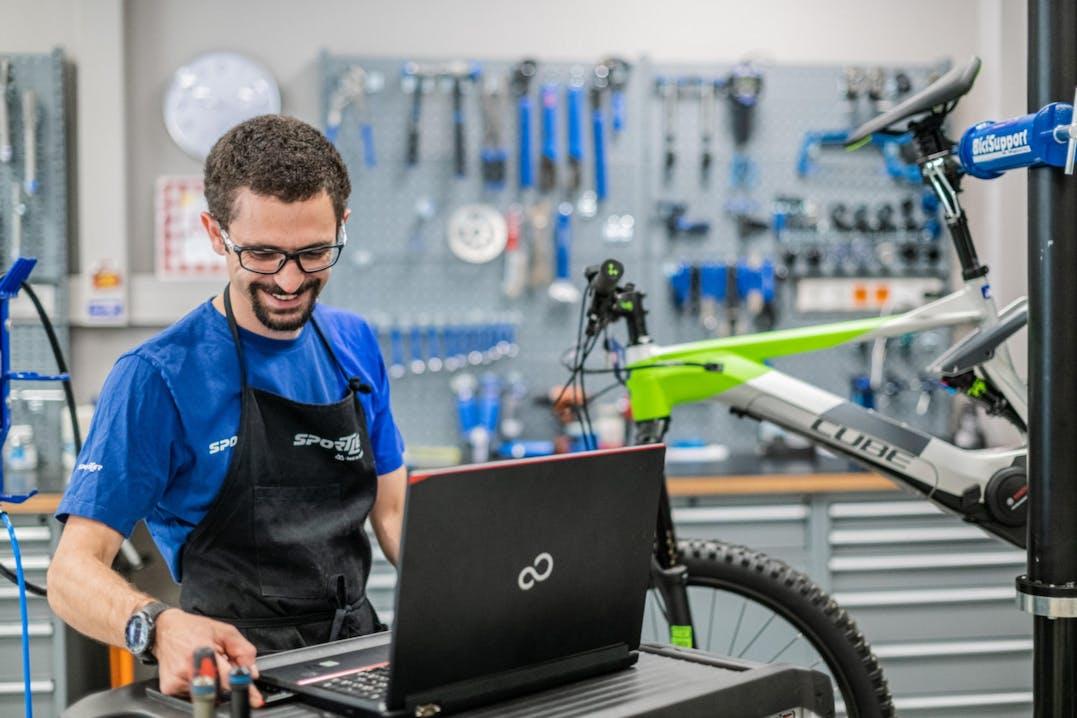 Collaboratore Sportler aggiorna il software di una e-bike