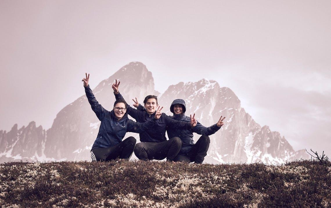 Persone in posa davanti a montagne