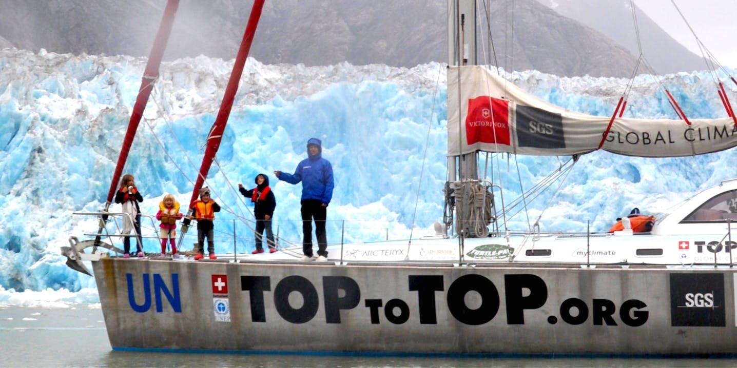 Foto di famiglia su barca a vela