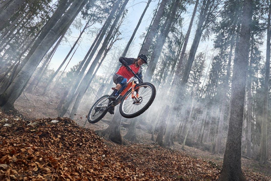 Ciclista impegnato in evoluzioni