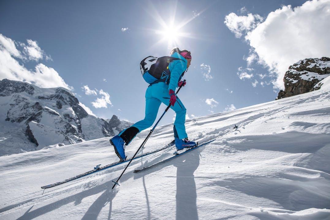 Atleti di scialpinismo indossano abbigliamento e attrezzatura Dynafit