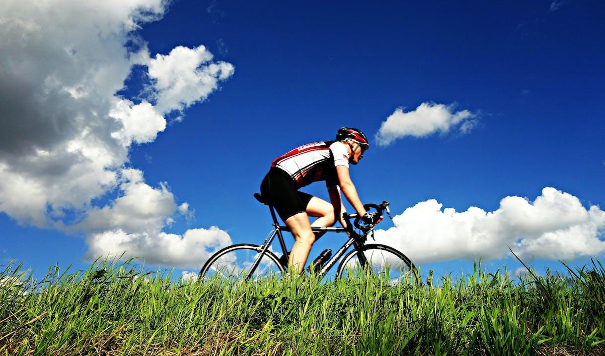 Ciclista in mezzo all'erba
