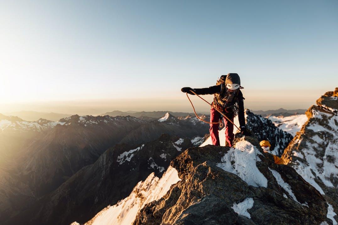 Donna sulla cresta di un monte