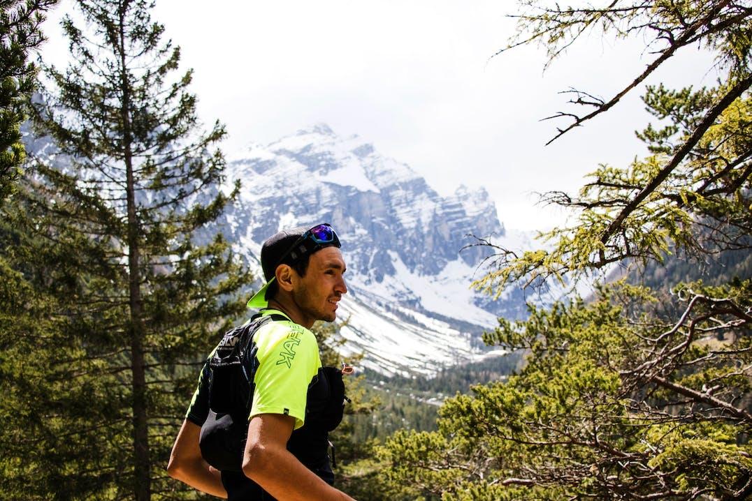 Trail runner che si è fermato in ambiente montano