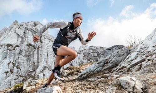 Uomo che corre tra le rocce