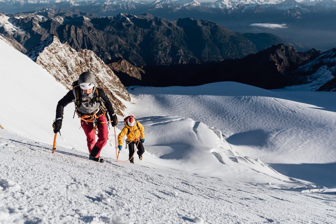 Persone che camminano in ambiente montano