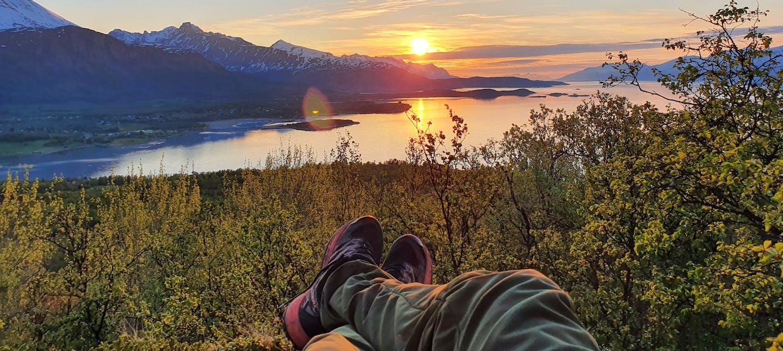 Paesaggio montagne e lago