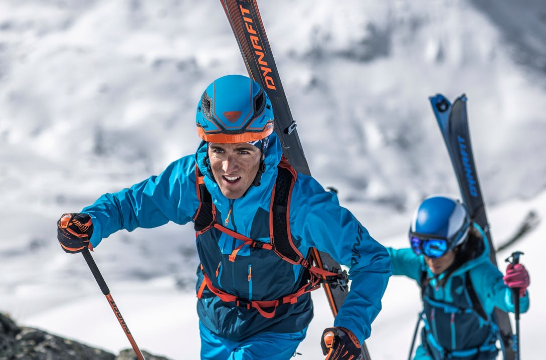 Scialpinista in salita indossa i Dynafit Blacklight