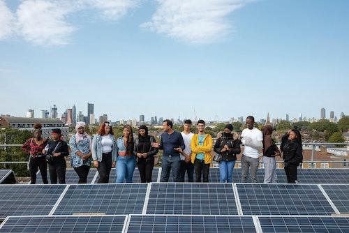 Persone in posa con pannelli fotovoltaici