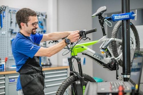 Collaboratore Sportler al lavoro su una e-bike