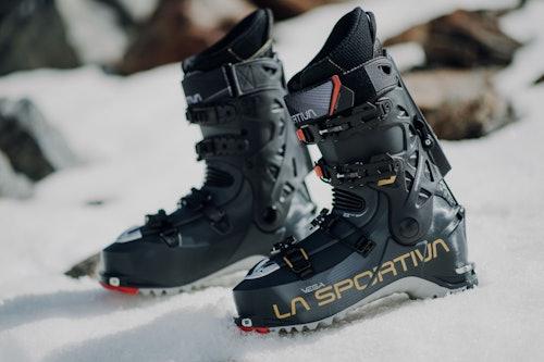 Primo piano scarponi scialpinismo La Sportiva Vega