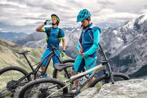 Atleti indossano abbigliamento mountain bike Dynafit