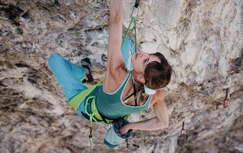 Atleta che arrampica